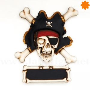 Antigua placa informativa con forma de esqueleto pirata