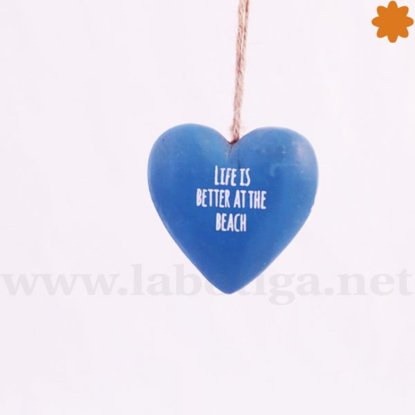 Corazón de madera colgante de color azul Life is better et the beach