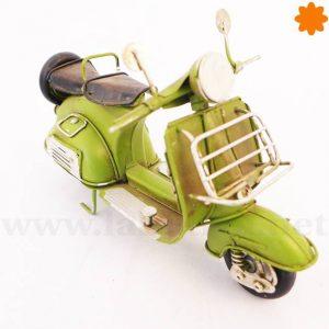 Figura de metal Moto Vespa primavera con caja detrás