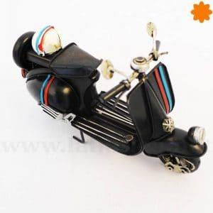 Figura de metal Moto Vespa primavera con rueda de recambio