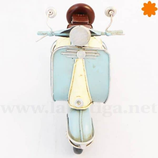 Moto Vespa de color azul