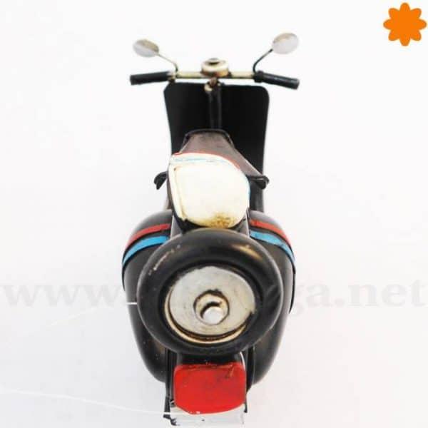 Moto Vespa primavera con rueda de recambio