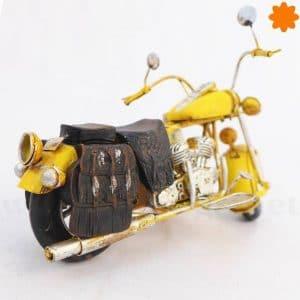 figura de moto amarilla
