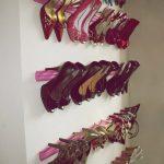 DiY organizador de zapatos de tacón hecho con zócalo pintado