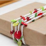 Paquete de regalo decorado con botones
