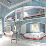 Habitación infantil azul y blanca en madera
