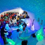 Concierto en una cueva de hielo con instrumentos realizados en hielo