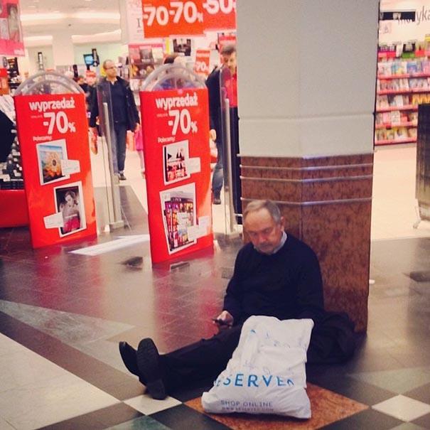 hombre miserable en el suelo