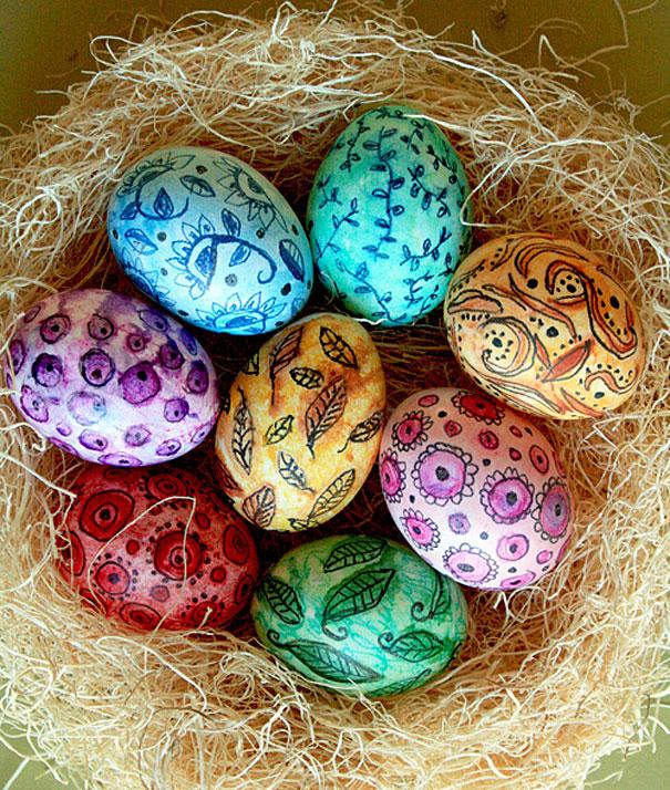 huevos de pascua en un nido pintrados con lapiz