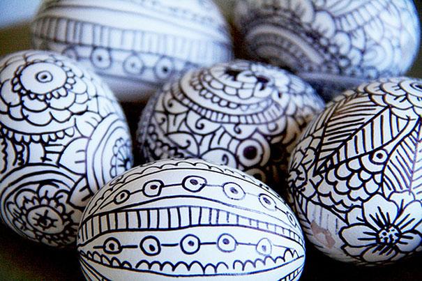 varios huevos con rotulador permanente