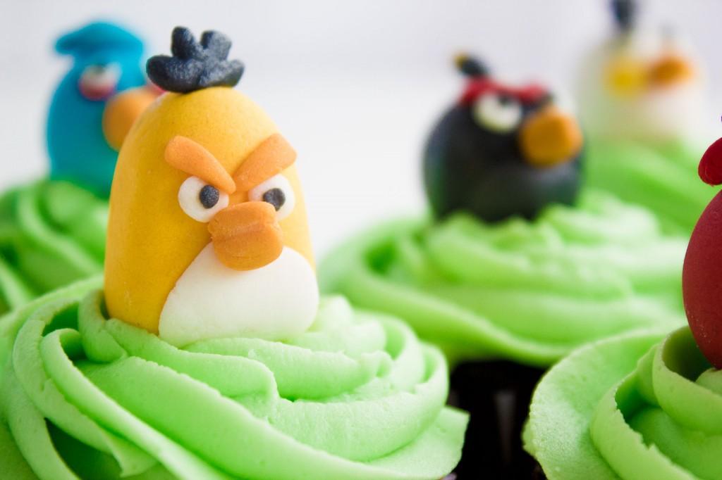 cupcakes con los Angry Birds de colores verdes detalles