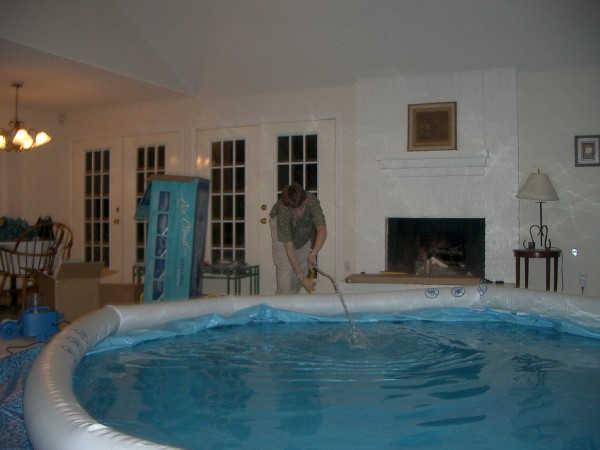 llenando la piscina interior