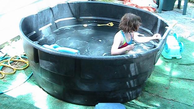 super cubo de plastico que es una piscina