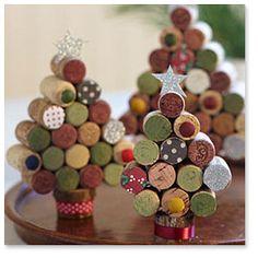 Arbolitos de navidad realizados con tapones de corcho