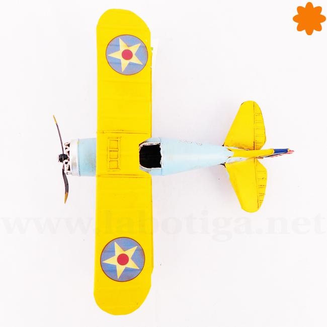 Avión pequeño de metal color azul cielo