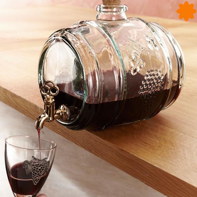 Barril para servir vino fabricado con cristal y grifo dorado