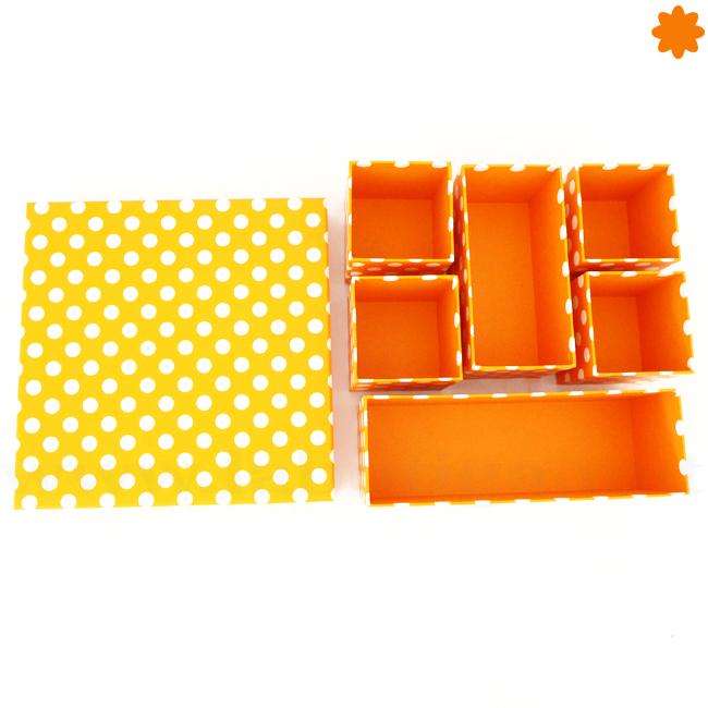 Caja de color naranja de cartón