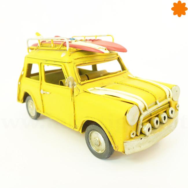 Coche de hojalata clásico de color amarillo para regalar