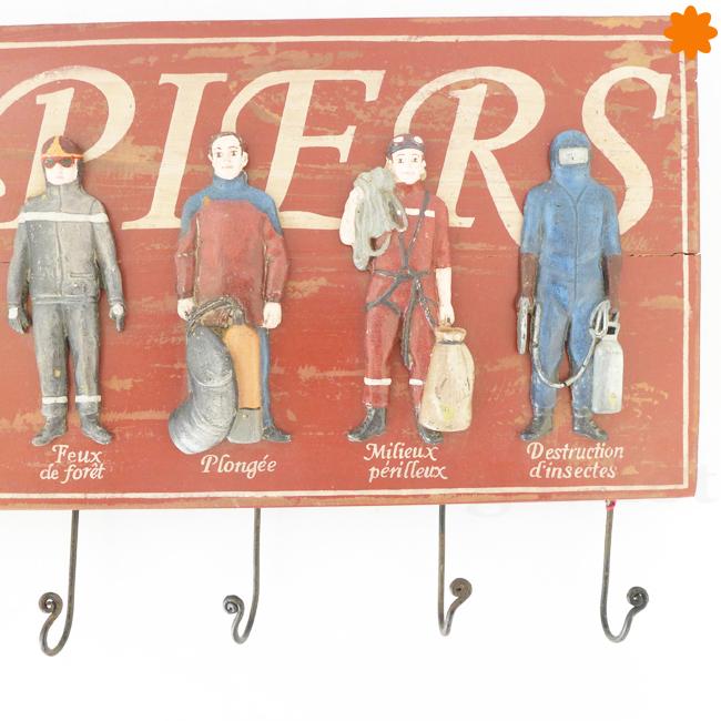 Colgador de madera y metal dedicado a los bomberos