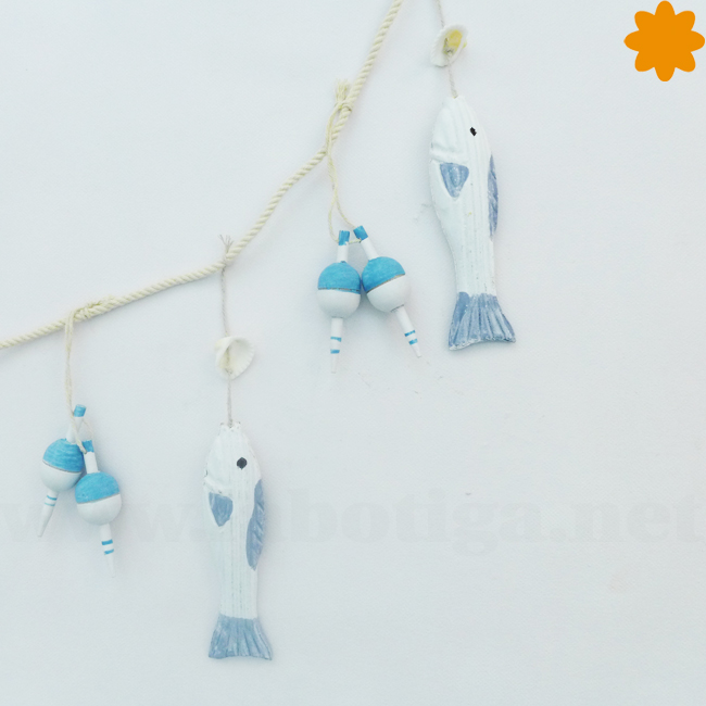 Colgante de peces y boyas de madera en color azul y blanco