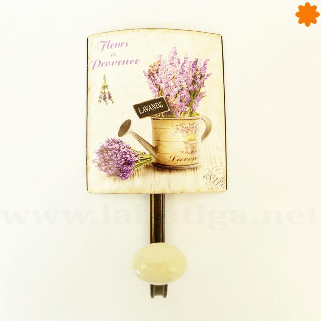 Divertido colgador con una regadora y flores lilas genial para complementar la decoración