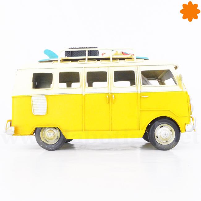 Furgoneta volkswagen hippie amarilla con tablas de surf