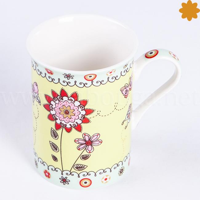 Taza de cerámica con flores