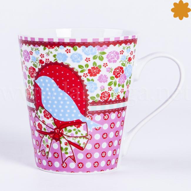 Taza decorada con flores rosas