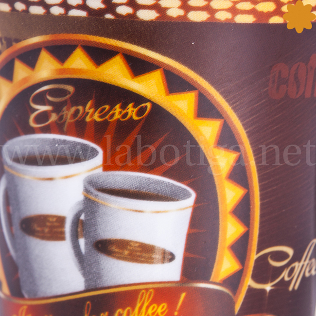 Taza de metal decorada con cafe