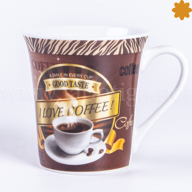 Taza decorada con un cafe humeante preparado para servir