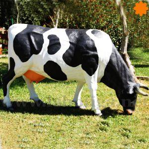 Figura de Exterior de una vaca de tamaño real pastando