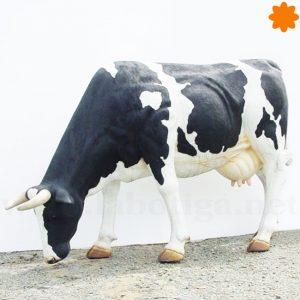Gran vaca de tamaño real pastando