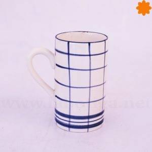 Taza de café con cuadros azules