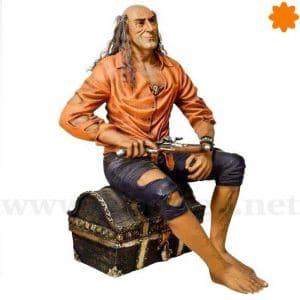 Figura de Tamaño Real de un pirara armado sentado en un cofre del tesoro