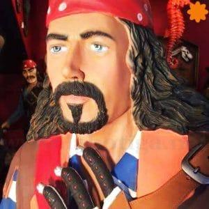 figura de tamaño real de un pirata con espada y barril