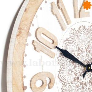 Reloj de pared de madera blanca y natural con mandala
