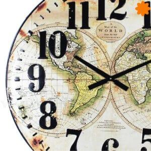 Reloj de pared gigante con el mapa del mundo