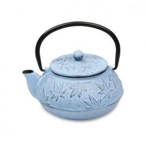 Tetera de hierro colado de color azul con hojas