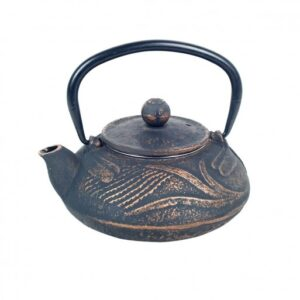Tetera de hierro colado azul gastado con campos de té