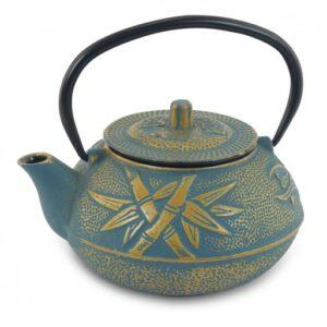 Tetera de hierro colado de color azul y dorada con bambú